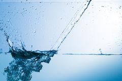 Wasser, Tropfen, sprüht, spritzt, strömt, fließt, Abstraktion, halbe Note Stockfotos