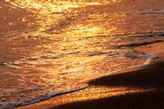 Wasser u. Strand am Sonnenuntergang Lizenzfreie Stockbilder