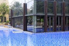 Wasser umgibt das Glashaus, luftgetrockneten Ziegelstein rgb Lizenzfreie Stockbilder