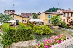 Wasser und alte Gebäude des italienischen mittelalterlichen Dorfs Lizenzfreies Stockbild