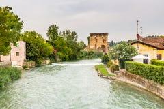 Wasser und alte Gebäude des italienischen mittelalterlichen Dorfs Lizenzfreie Stockfotografie