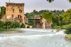 Wasser und alte Gebäude des italienischen mittelalterlichen Dorfs Stockfotos