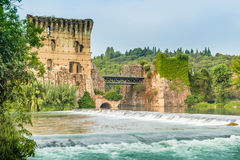 Wasser und alte Gebäude des italienischen mittelalterlichen Dorfs Stockfotografie