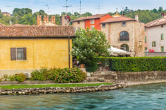 Wasser und alte Gebäude des italienischen mittelalterlichen Dorfs Stockbild