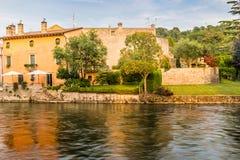 Wasser und alte Gebäude des italienischen mittelalterlichen Dorfs Stockbilder