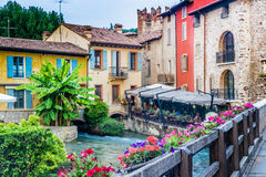 Wasser und alte Gebäude des italienischen mittelalterlichen Dorfs Lizenzfreie Stockfotos