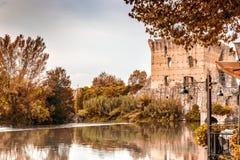 Wasser und alte Gebäude des italienischen mittelalterlichen Dorfs Lizenzfreies Stockfoto