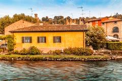 Wasser und alte Gebäude des italienischen mittelalterlichen Dorfs Stockfoto