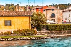 Wasser und alte Gebäude des italienischen mittelalterlichen Dorfs Lizenzfreie Stockbilder