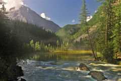 Wasser und Berge Stockfoto