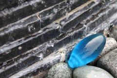 Wasser und blauer Stein lizenzfreies stockfoto