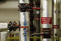 Wasser und Dampfleitungen mit Ventilen Stockfoto