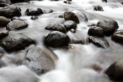 Wasser und Felsen Lizenzfreies Stockfoto