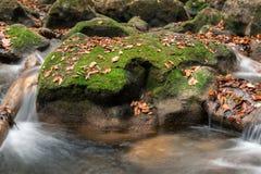 Wasser und grüne Hügel auf der langsameren Belichtungszeit Stockfotos