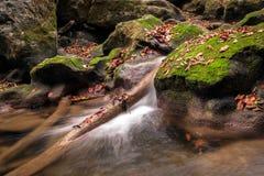 Wasser und grüne Hügel auf der langsameren Belichtungszeit Stockfotografie