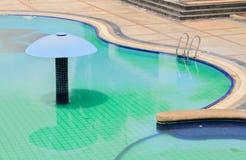 Wasser und Regenschirme Stockfoto