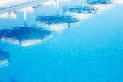 Wasser und Regenschirme Stockfotos