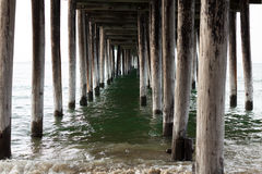 Wasser unter einem Pier Lizenzfreie Stockbilder