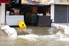 Wasser vom Chao Phraya Fluss lizenzfreie stockfotos