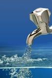 Wasser vom Hahn Stockbilder