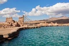Wasser von blauem See in den Bergen nahe zerstörte Wände des Zoroastrianfeuertempels Takht e Soleyman im Iran Lizenzfreie Stockfotos