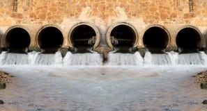 Wasser von den Abflüssen Stockbild