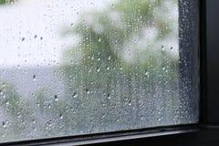Wasser von den Regentropfen frisch auf Oberflächenfensterglas im selektiven Fokus der Regenzeit lizenzfreie stockbilder