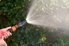 Wasser von einem Gartenschlauch Lizenzfreies Stockfoto