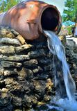 Wasser von einem Krug Stockbilder