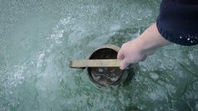 Wasser von einem Loch im Eis stock video footage