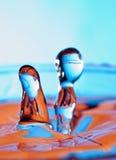 Wasserabbildung mit einem Paar stockbild