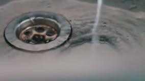 Wasserabflüsse in der Wanne stock video footage