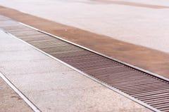 Wasserabfluß oder -abzugsgraben auf Boden Stockbild