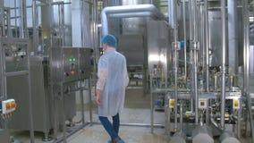 Wasseraufbereitungslabor Chemiker, der Wasseraufbereitungsausrüstung überprüft stock video footage