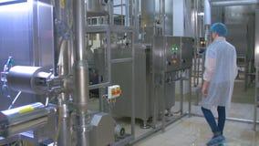 Wasseraufbereitungslabor Chemiker, der Wasseraufbereitungsausrüstung überprüft stock video