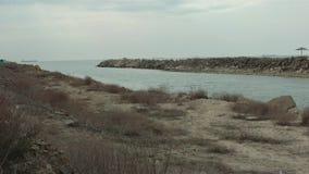 Wasseraufnahmenkanal vom Meer stock video footage
