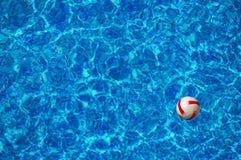 Wasserball, der in Swimmingpool schwimmt Lizenzfreie Stockbilder