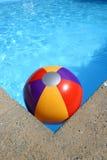 Wasserball im Swimmingpool Stockbild