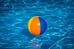 Wasserball im Swimmingpool Stockfoto