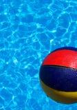Wasserball und Pool Lizenzfreie Stockfotos