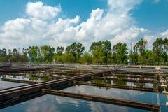 Wasserbehandlungsanlage mit großen Pools Lizenzfreies Stockbild