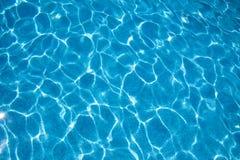 Wasserbeschaffenheit des blauen Pools Stockbild