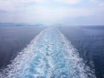 Wasserbeschaffenheit im Mittelmeerküstenufer Hintergrund geschossen von der AquaMeerwasseroberfläche Beschaffenheit des Seeufers  Lizenzfreies Stockbild