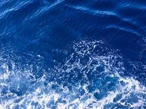Wasserbeschaffenheit im Mittelmeerküstenufer Hintergrund geschossen von der AquaMeerwasseroberfläche Beschaffenheit des Seeufers  Lizenzfreie Stockfotografie
