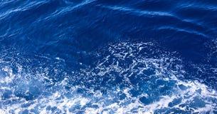 Wasserbeschaffenheit im Mittelmeerküstenufer Hintergrund geschossen von der AquaMeerwasseroberfläche Beschaffenheit des Seeufers  Stockfotografie