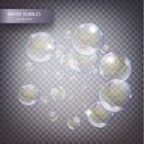 Wasserblasen auf einem transparenten karierten Hintergrund Schäumende funkelnde Sauerstoffunterwasserblasen im Wasser Lizenzfreie Stockfotografie