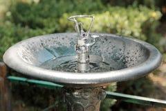 Wasserbrunnen im Park stockfotos