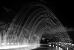Wasserbrunnen am Jachthafen-Schwall lizenzfreie stockbilder