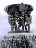 Wasserbrunnen in Oslo, Noway Klares Wasser, das ?ber den Rand mit den V?geln gehockt auf die Oberseite kaskadiert lizenzfreie stockbilder
