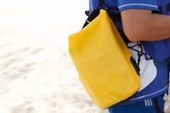 Wasserdichte Tasche und Kamera schützen sich Stockbild